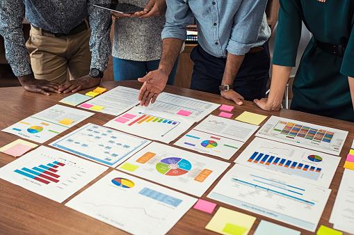 team_evaluating_data_marketing_plan_jpg_HqnBbRmP